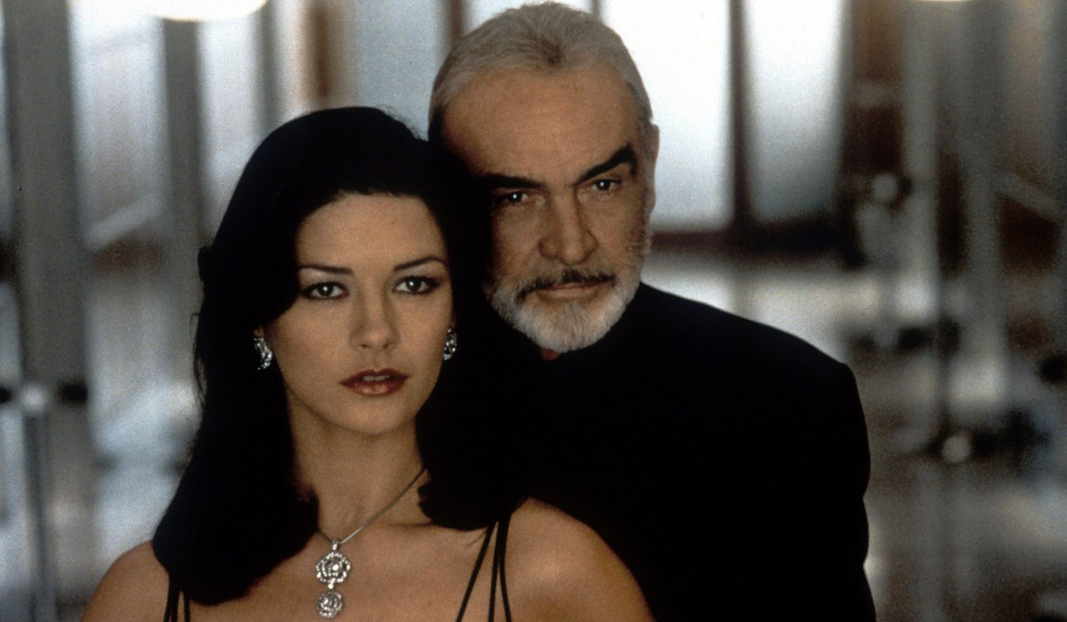 Entrapment Catherine Zeta-Jones and Sean Connery getting close to avoid lasers
