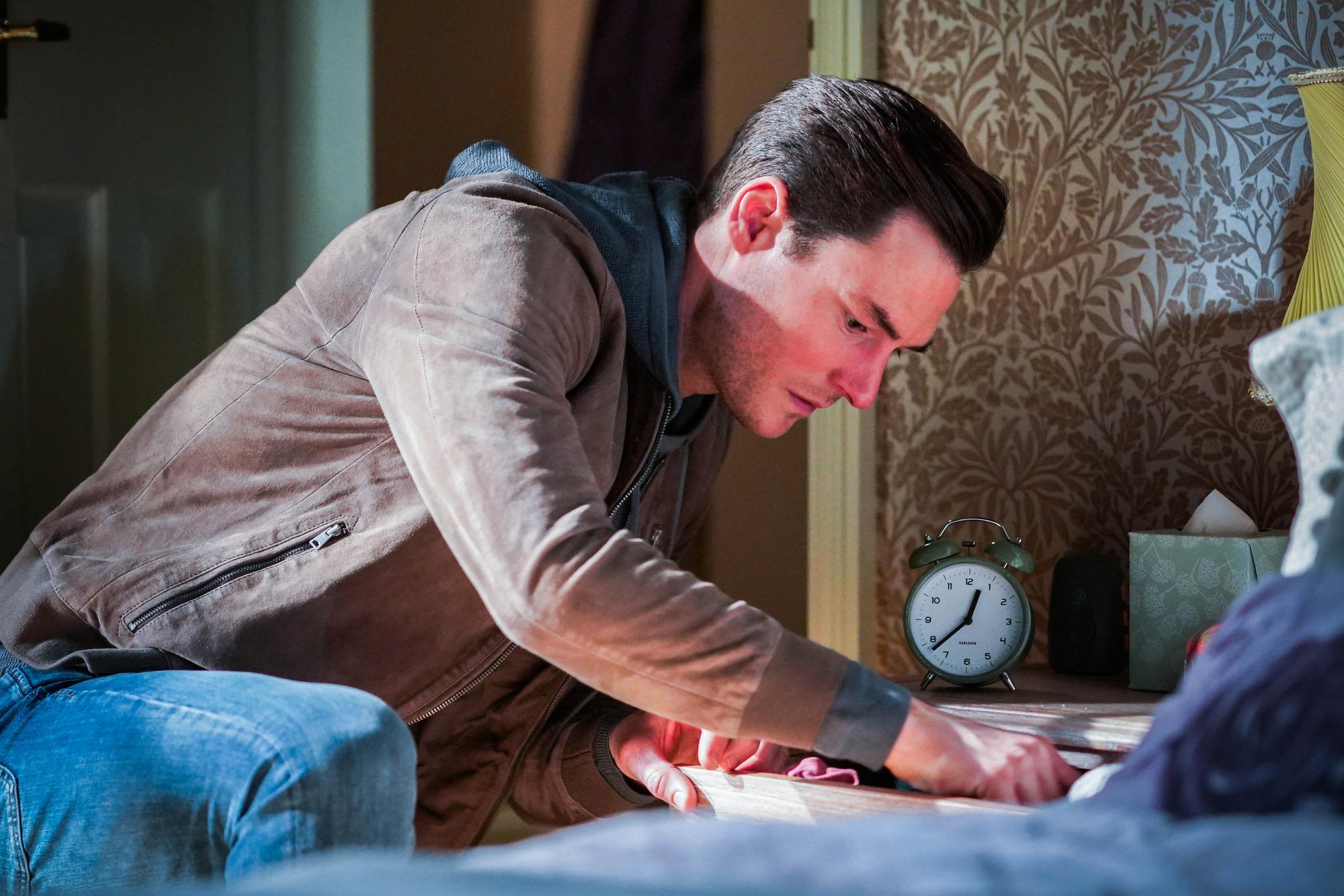 Zack busca en los cajones de Sharon en EastEnders