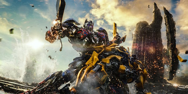 Optimus Prime fighting Bumblebee in Transformers: The Last Knight
