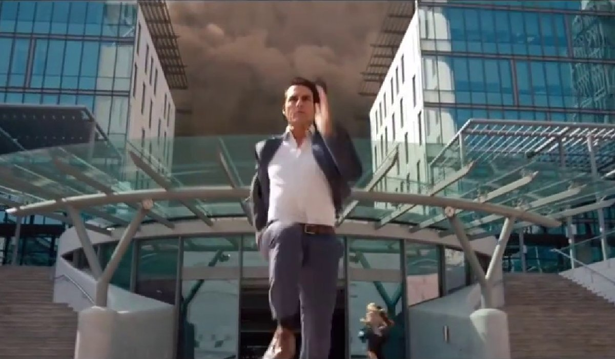 Mission: Impossible - Ghost Protocol Tom Cruise running from a sandstorm