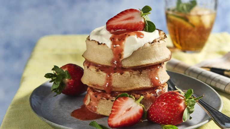 Strawberry Pimm's coulis with crumpets
