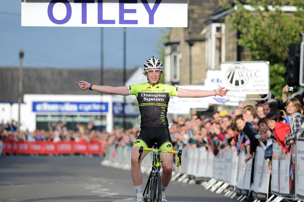 Chris Lawless wins youth race, Otley crit 2011