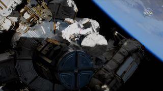 Astronauts Mourn Alexei Leonov, the World's 1st Spacewalker, While On a Spacewalk of Their Own