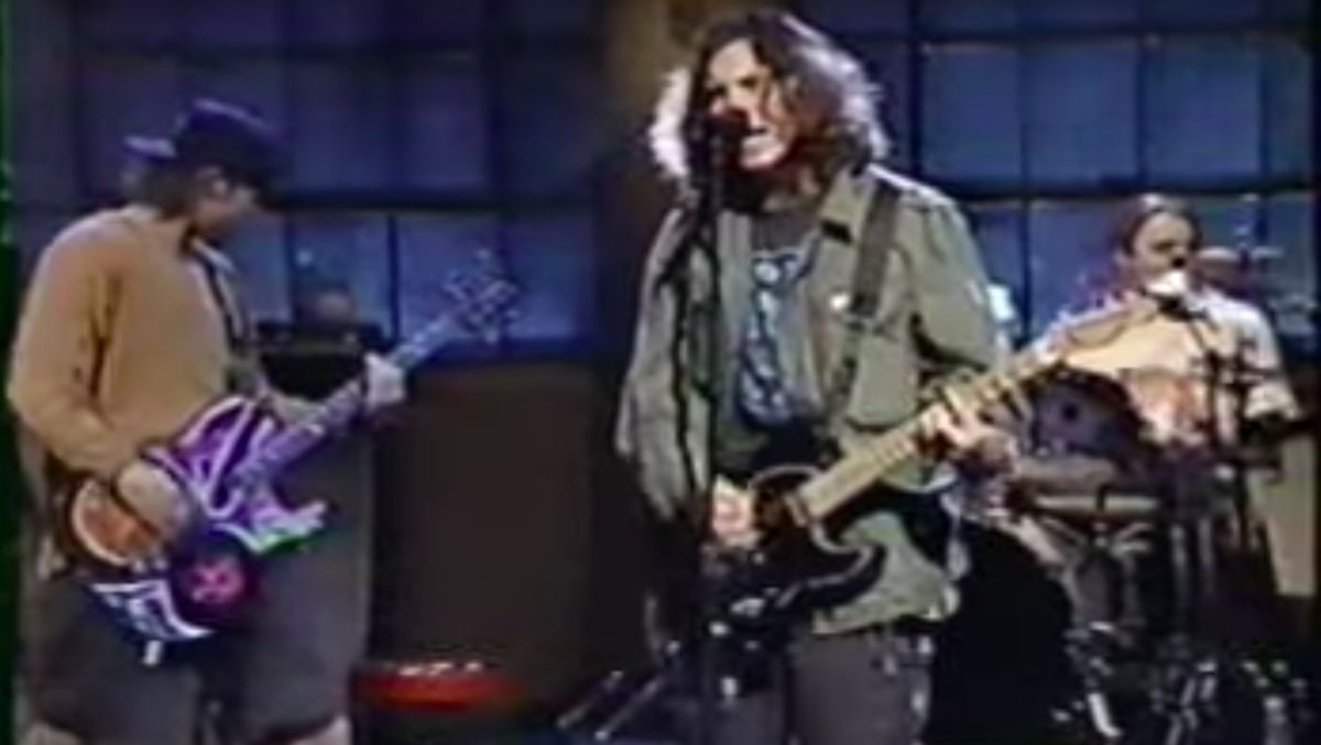 watch pearl jam rehearse rearviewmirror on 39 saturday night live 39 in 1994 guitarworld. Black Bedroom Furniture Sets. Home Design Ideas