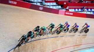Radsportler im Izu Velodrom bei den Olympischen Spielen 2020 in Tokio