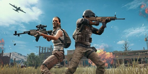 Two players stand back-to-back in PUBG.