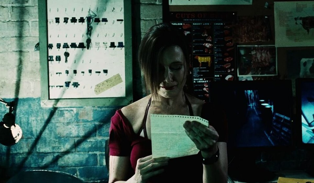 Shawnee Smith reading a blackmail letter in Saw VI.