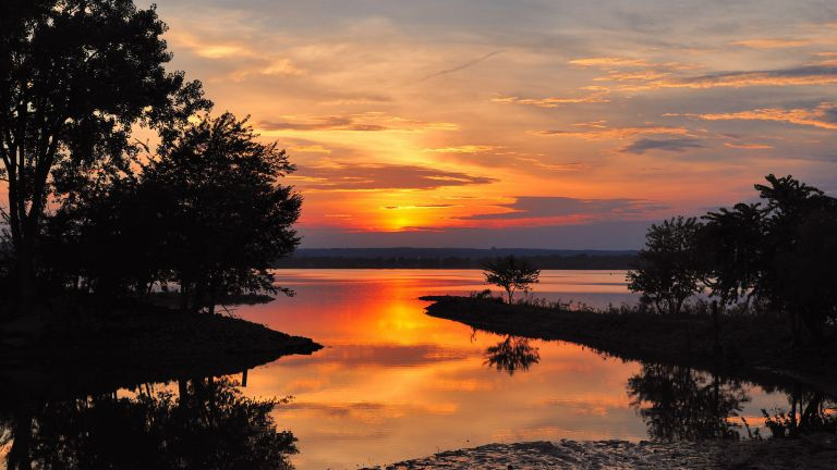 Spring Bay, Illinois, USA. Sun sinks into a colorful sunset above the Illinois River.