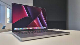 MacBook Pro 14 inch op tafel.