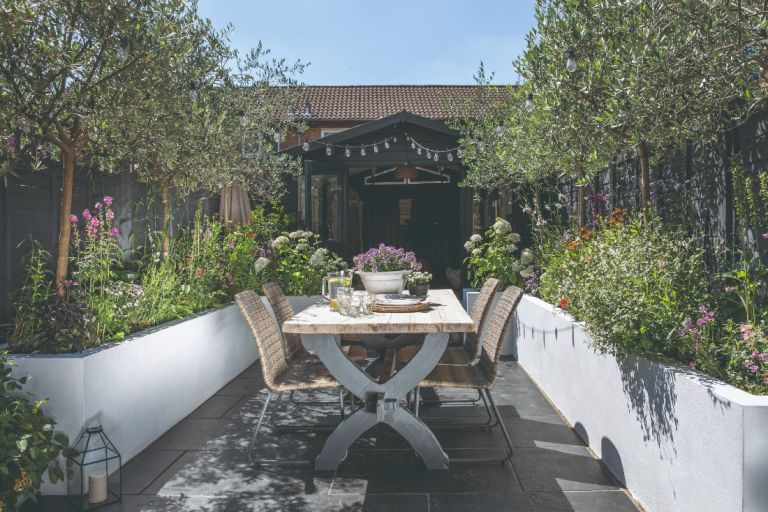 Flower bed ideas to frame a dining area