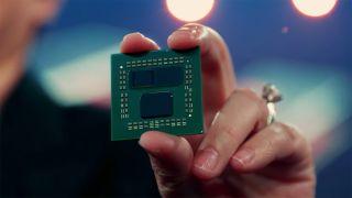 La consejera delegada de AMD, Lisa Su, y el prototipo de procesador Ryzen serie 5000 con tecnología de v-caché en 3D