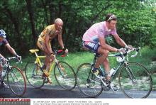 Marco Pantani climbs behind maglia rosa wearer Pavel Tonkov at the 1997 Giro d'Italia. Pantani would withdraw after stage 8 following a crash.
