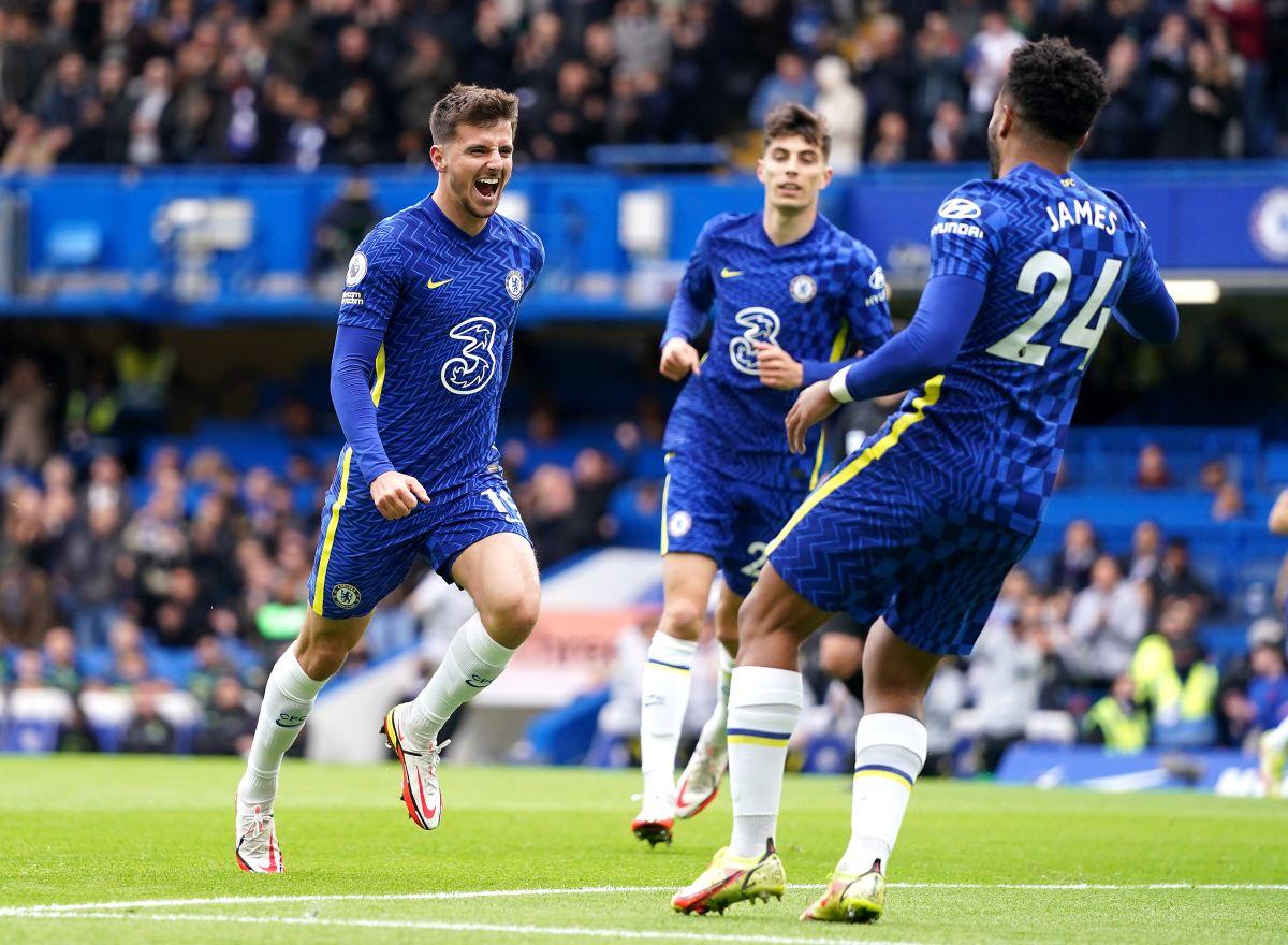 Mason Mount scores hat-trick as leaders Chelsea put seven past 10-man Norwich