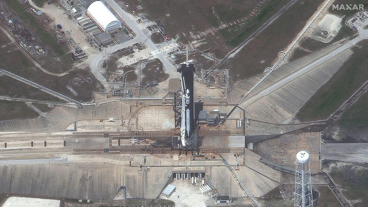 Here's what SpaceX's 1st spaceship to carry astronauts looks like from space (satellite photos)