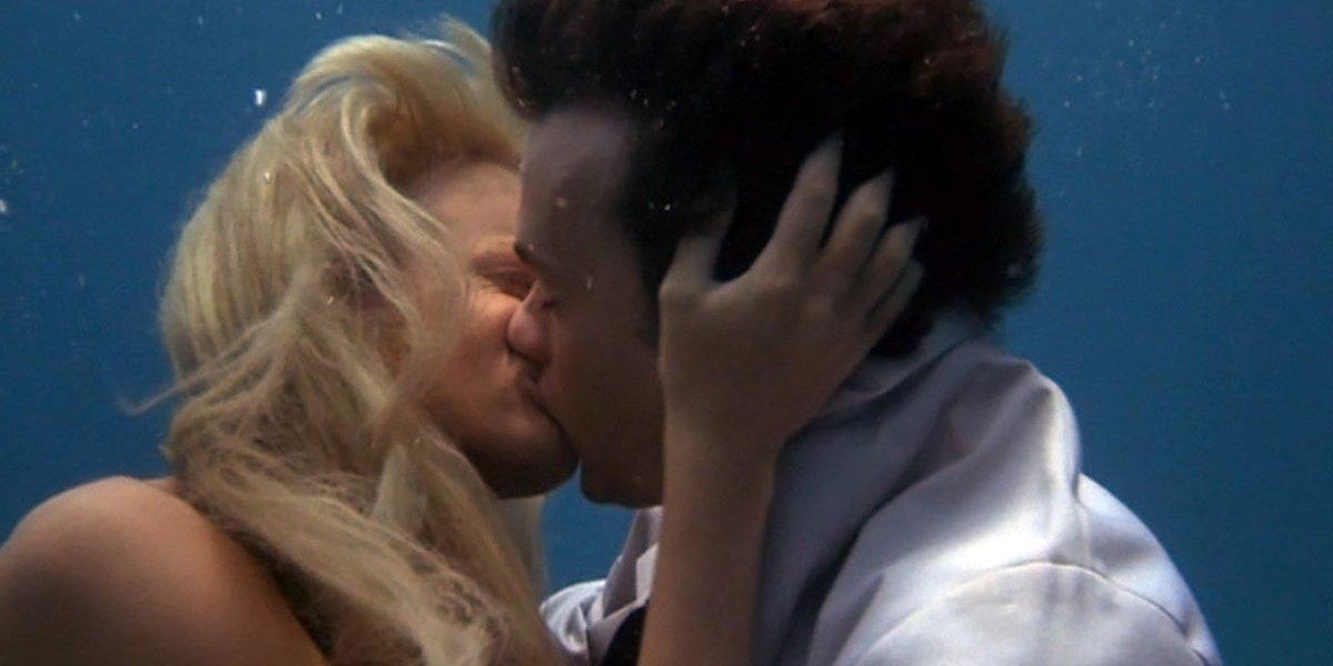 Tom Hanks and Daryl Hannah kiss in Splash