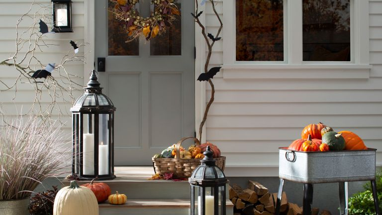 front of house decorated with Halloween decorations and pumpkins
