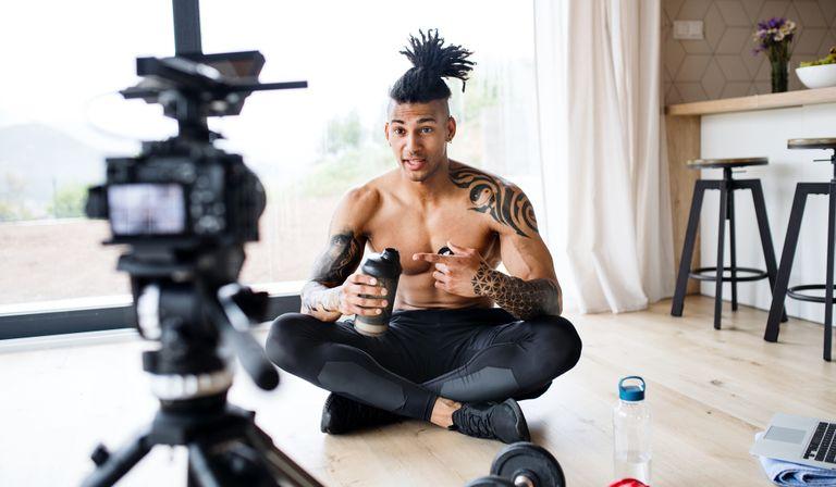 Fitness influencers vlogging