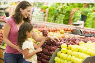A mom shops for apples with her daughter