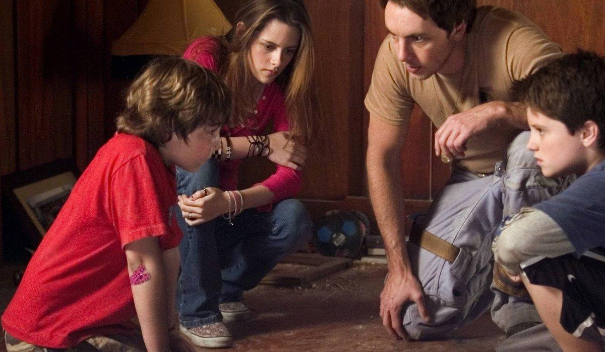 Zathura Kristen Stewart and Josh Hutcherson huddle with Dax Shepard and Jonah Bobo
