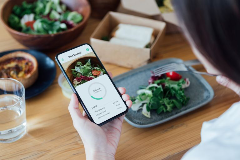 woman counting calories in food calorie counter apps