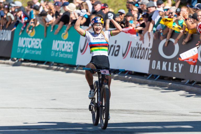 Evie Richards winning the World Cup at Lenzerheide