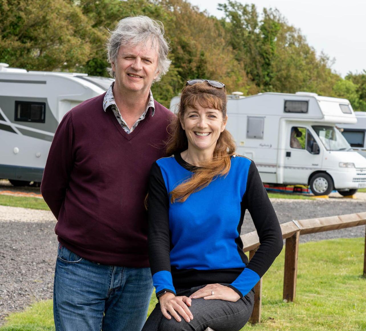 En la televisión esta noche Paul Merton y su esposa Suki Webster están probando el RV.