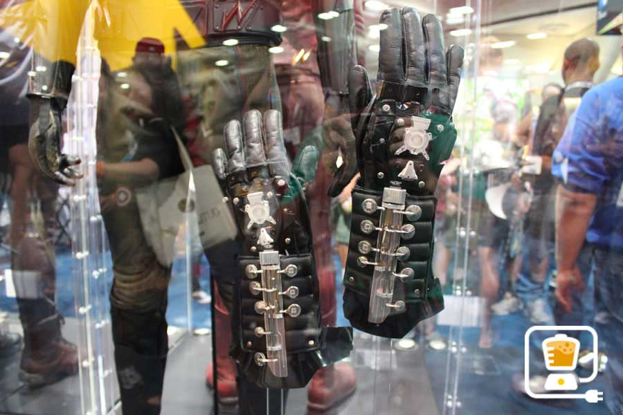 See Flash And Arrow's Amazing Costumes And Gadgets On Display At Comic-Con #32893