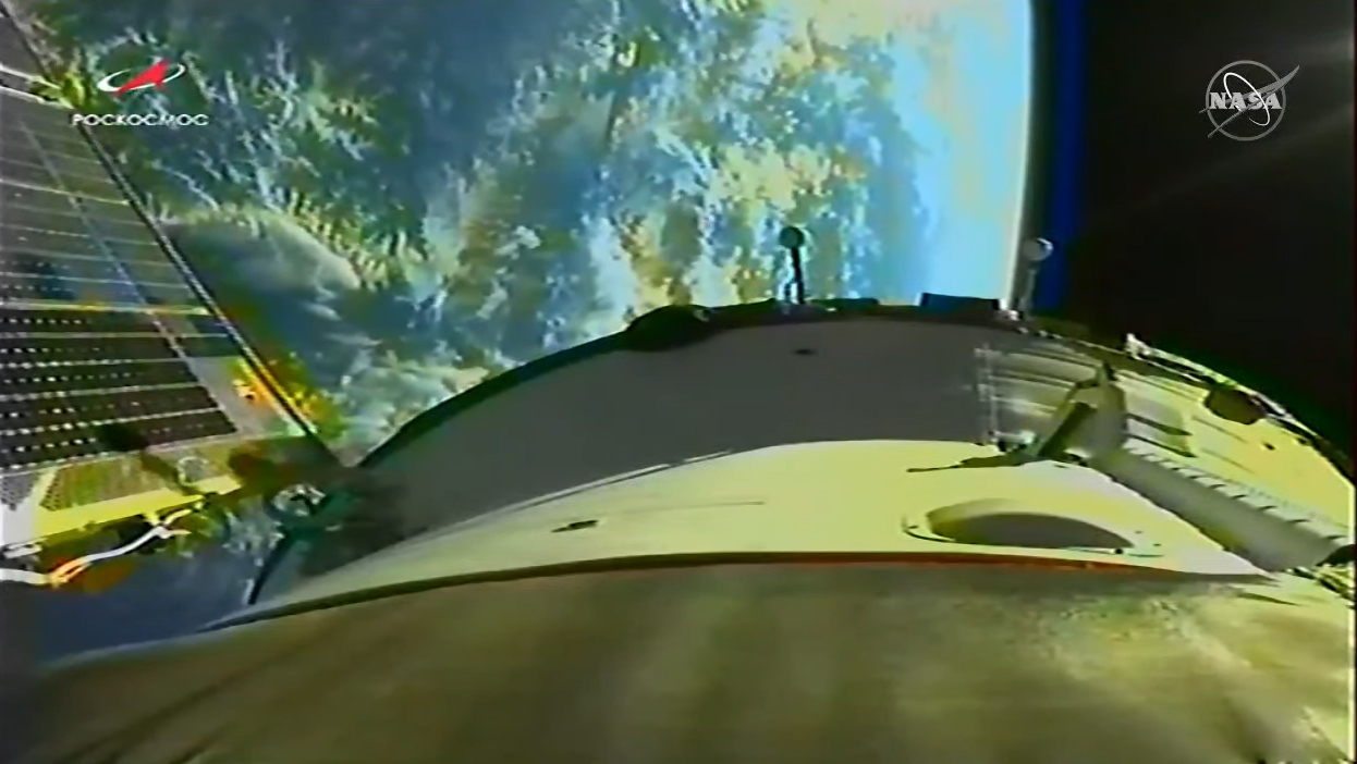 5 अक्टूबर, 2021 को अंतर्राष्ट्रीय अंतरिक्ष स्टेशन के लिए एक मिशन पर एक फिल्म चालक दल के साथ कक्षा में पहुंचने के बाद रूसी सोयुज एमएस -18 अंतरिक्ष यान से पृथ्वी का एक दृश्य।