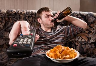 tv-chips-beer-guy-110707-02