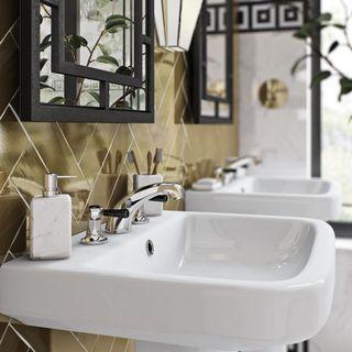 Золотая плитка с белой раковиной в ванной