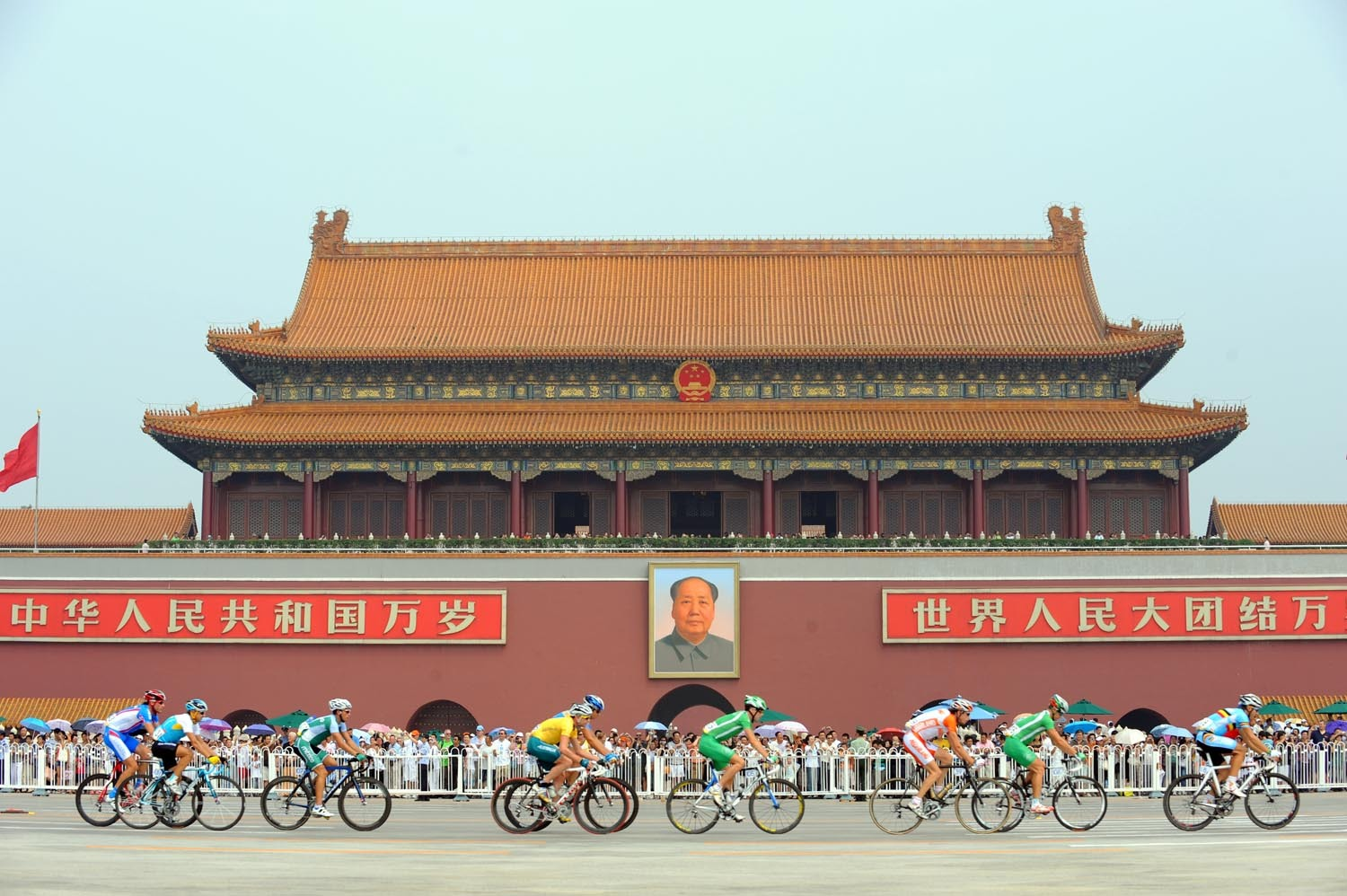 Men's Olympic road race leaves Tiananmen square