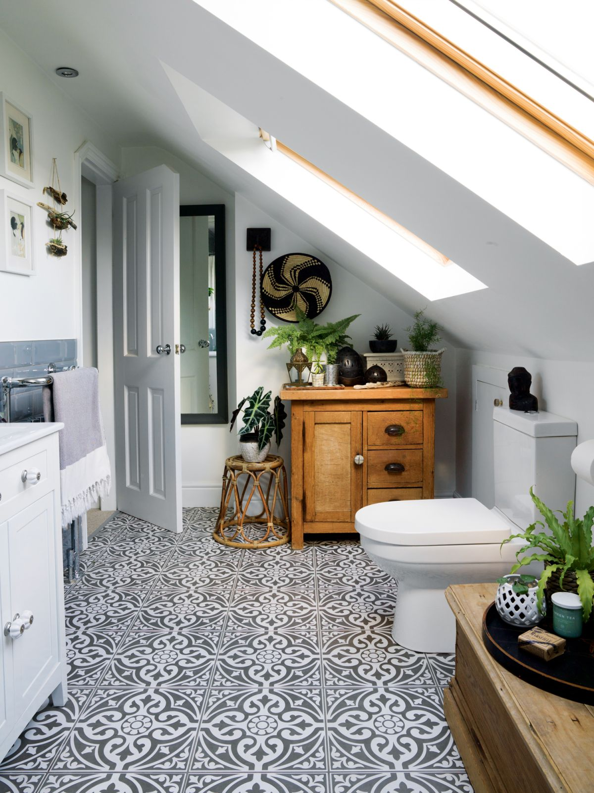 Small bathroom storage ideas: 17 ways to clear the clutter ...