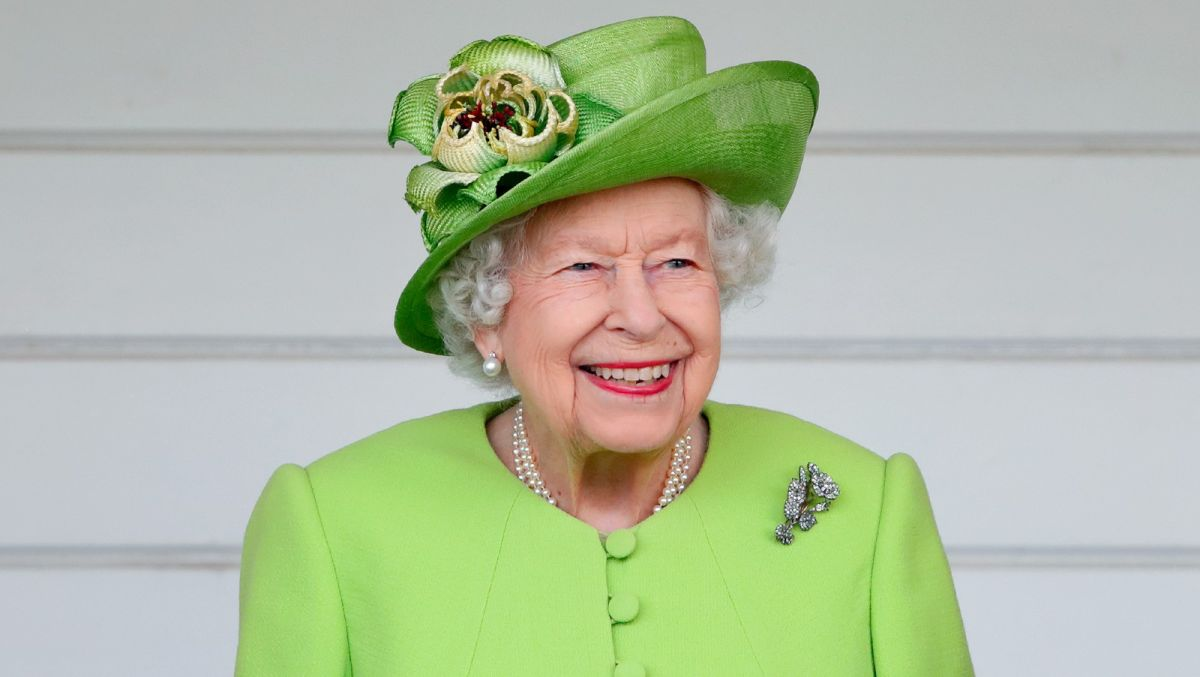 The Queen couldn't be more casual in new unearthed video
