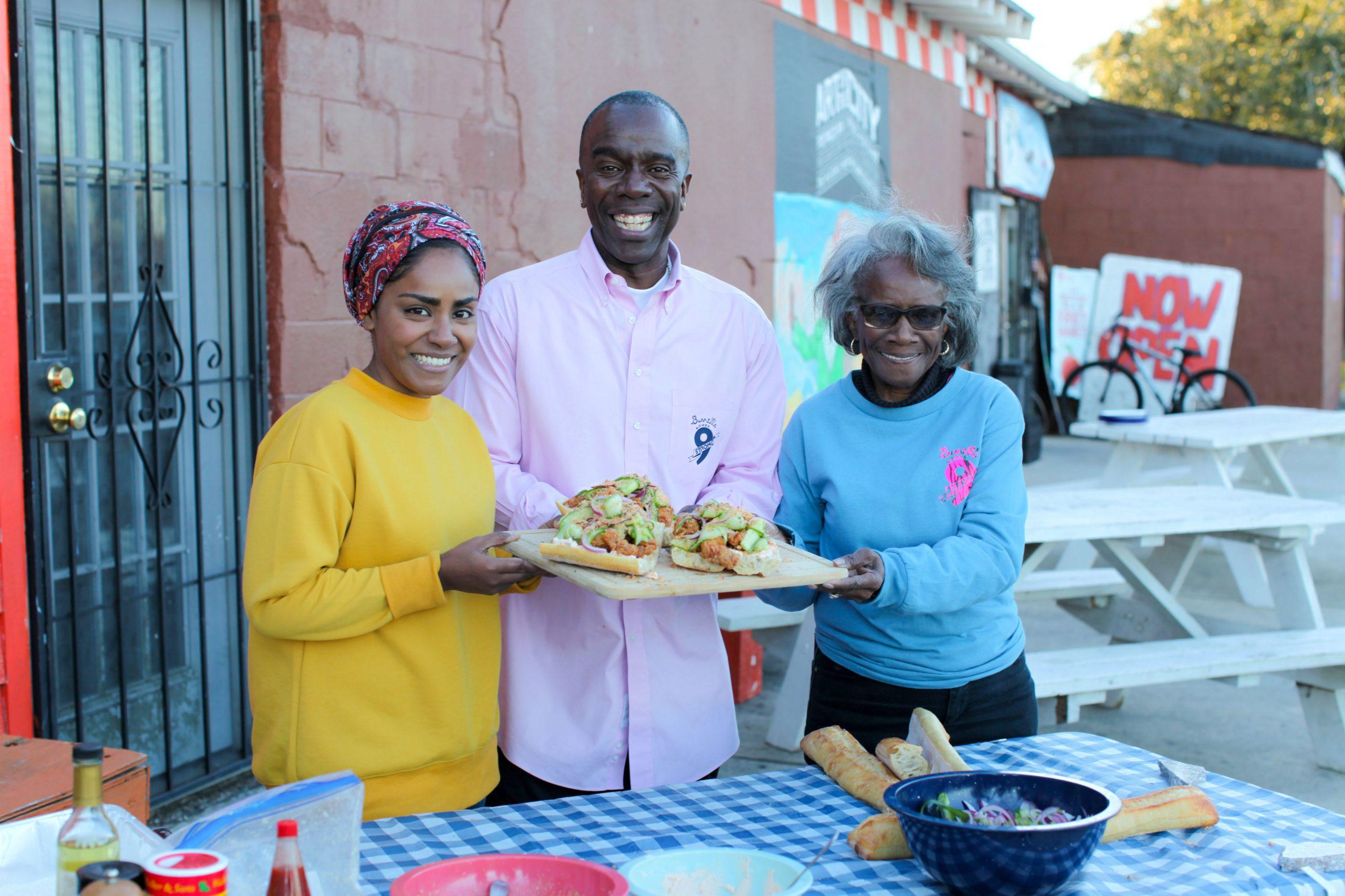 Nadiya cocina un sándwich Po 'Boy para Burnell Cotlon y su madre